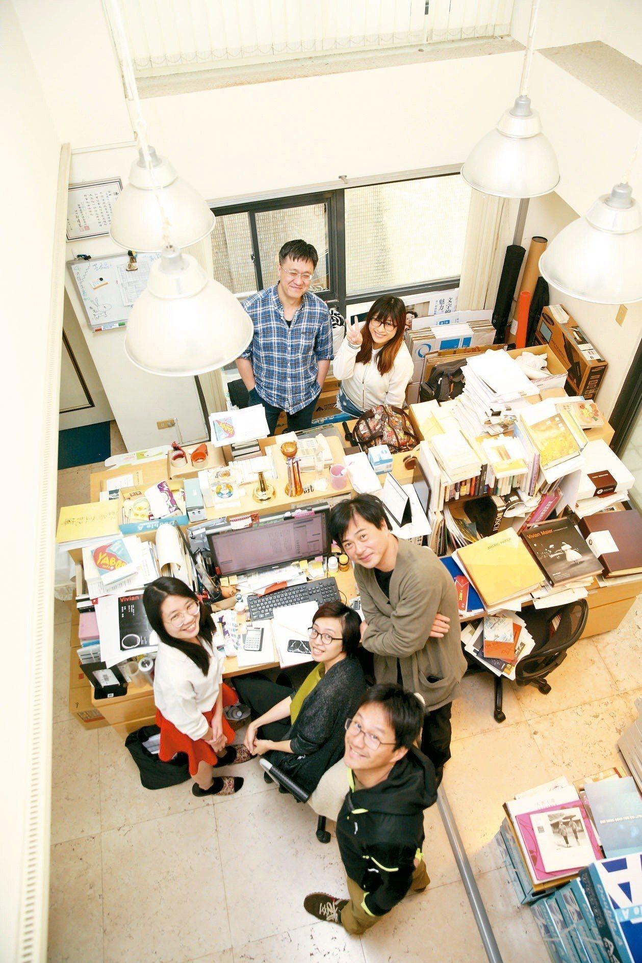 作家許悔之與工作夥伴在有鹿出版社辦公室。(圖/本報記者邱德祥攝影)