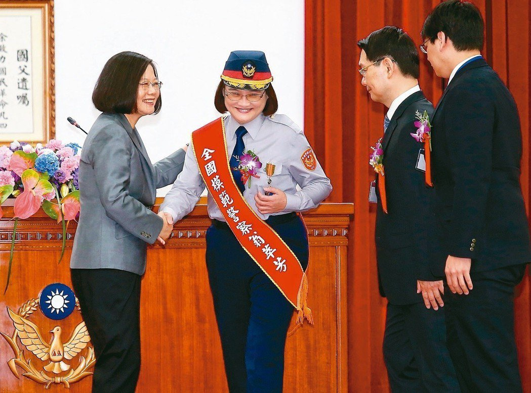 蔡英文總統(左一)出席警政署「107年警察節慶祝大會」,頒獎表揚28位全國模範警...