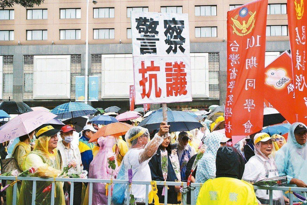 因為反年改,今年是史上首度有「警察抗議」牌子在警察節出現街頭。 圖/聯合報系資料...