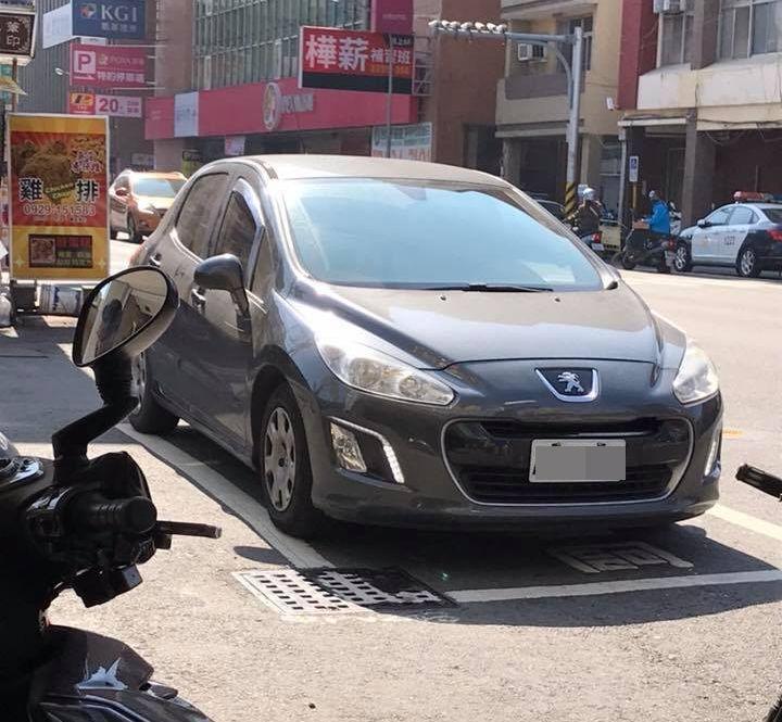 張姓市民在臉書PO照,1輛轎車在待轉區引發民眾熱烈討論。 圖/取自臉書台南諸事會...