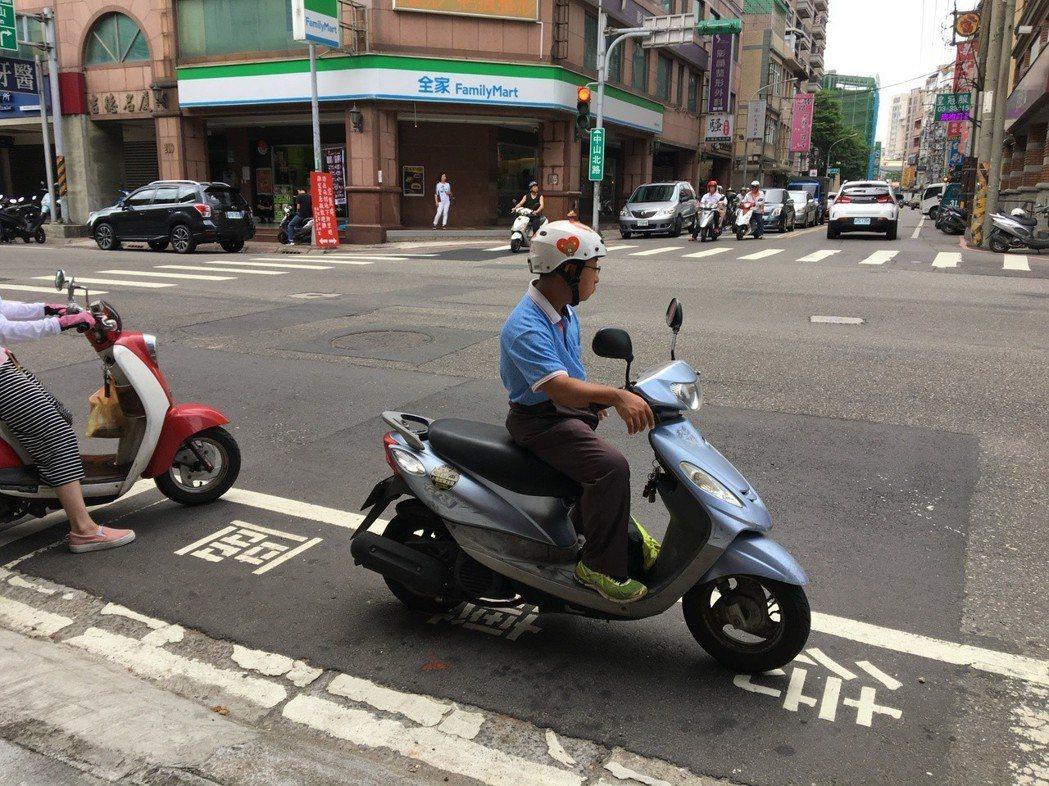 路旁待轉區為白色方格,不時誤為停車格或霸占違停,造成騎士待轉困擾。 記者張裕珍/...