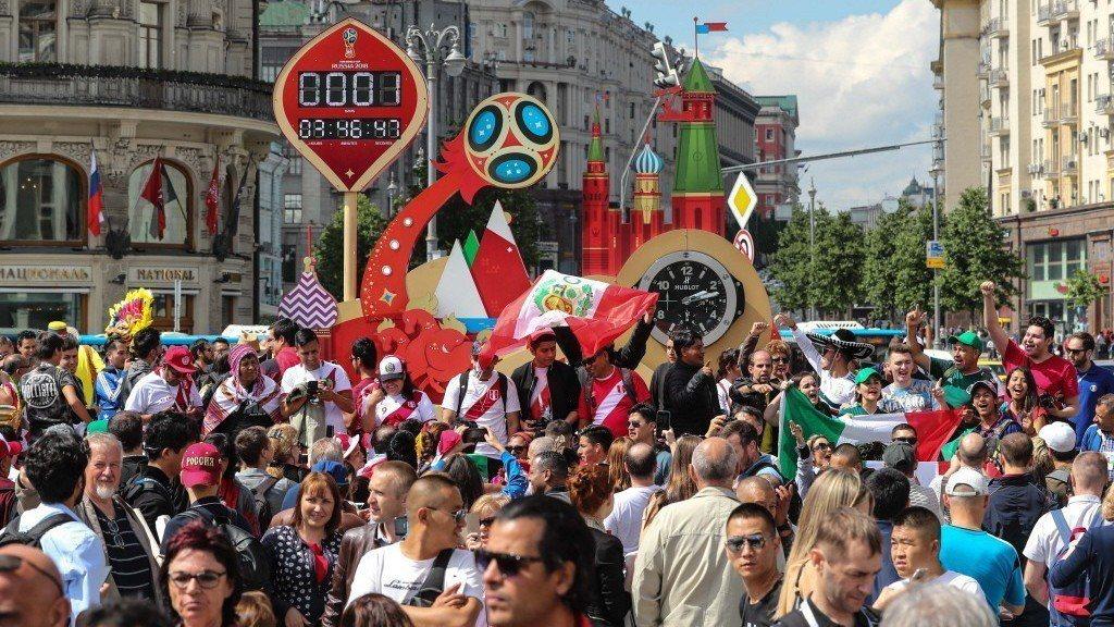 世足賽開打,俄羅斯股市也跟著受到投資人關注。圖為聚集在莫斯科紅場慶祝世足賽開打的...