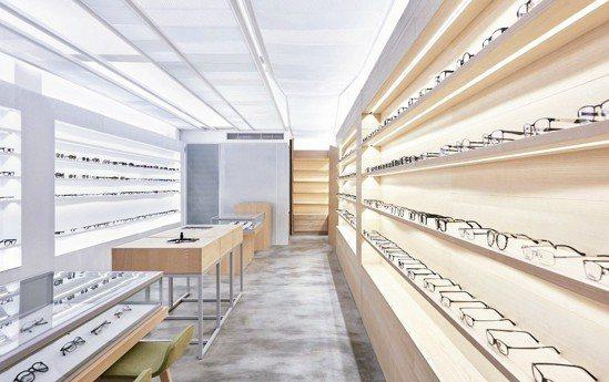 雨後設計有限公司的設計師團隊,針對眼鏡行室內裝潢設計,從眼鏡鏡片中汲取靈感,為眼...