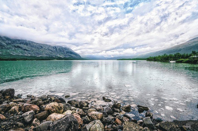 第一站飄著小雨的湖面