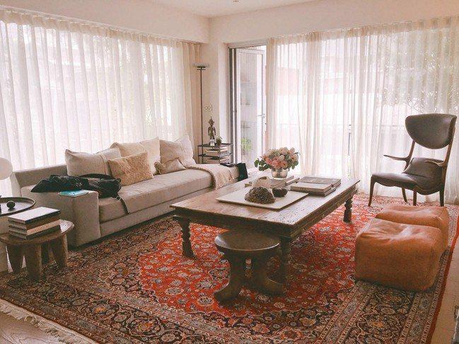 以白色為基調的室內空間,陳季敏三不五時就會變換家具位置增添新鮮感。