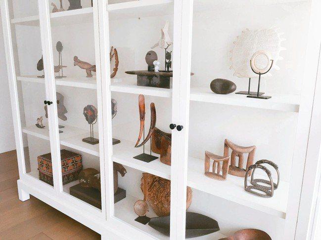 陳季敏家中櫃子擺滿她在世界各地旅遊的收藏品。