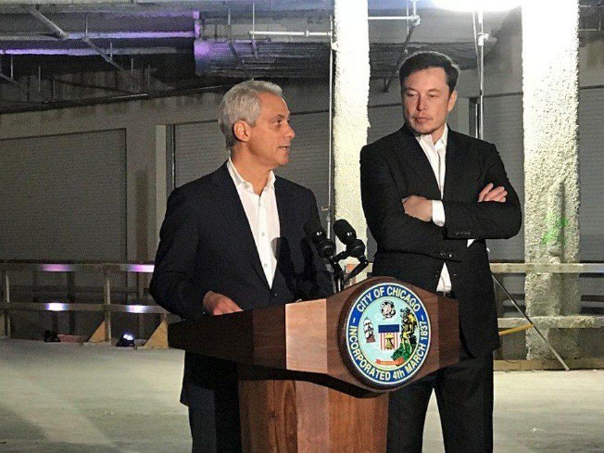 芝加哥市長伊曼紐(左)、馬斯克(右)14日在芝加哥共同宣布,將攜手合作「芝加哥快...