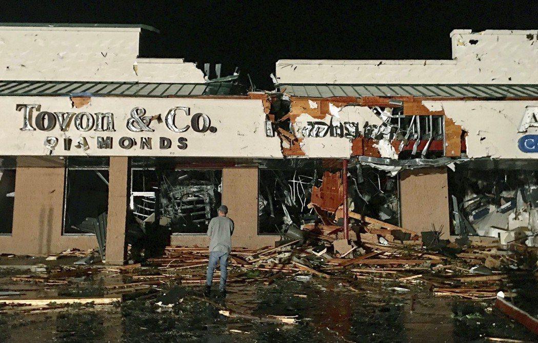 美國國家氣象局官員14日證實,兩個龍捲風13日晚在賓州東北部著陸,摧毀了當地一個...