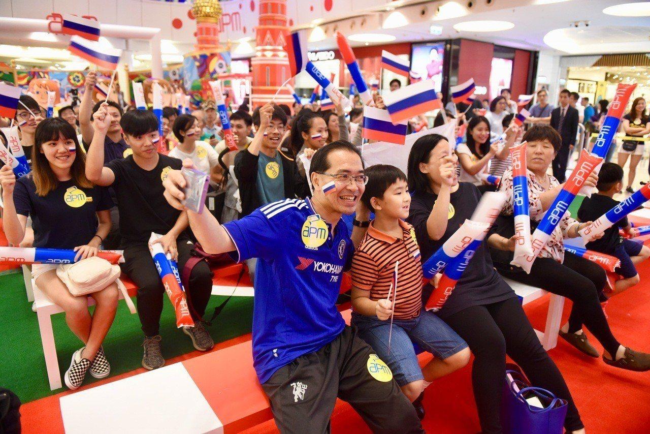 世足賽開打,香港不少球迷晚飯後到直播賽事的商場、酒吧及食肆,欣賞主辦國俄羅斯大戰...