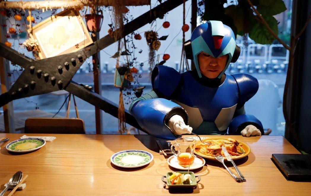 孤食者也可以不被任何人打擾、無需顧忌地大快朵頤,吃飯時就算扮成洛克人X也沒有問題...