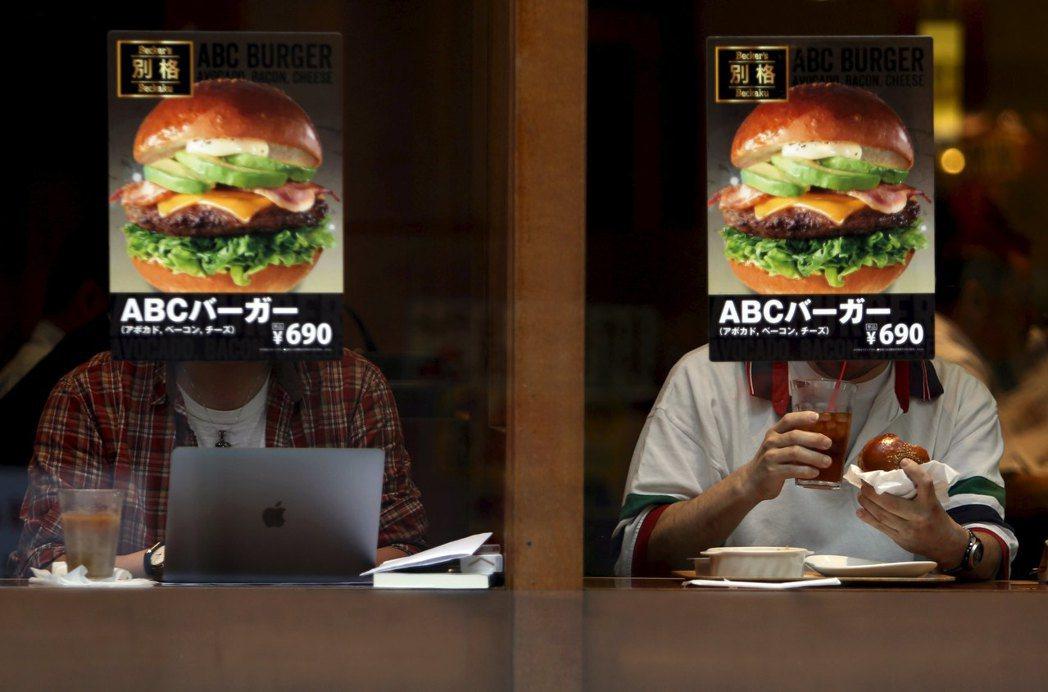 《食育白書》中統計,孤食者也容易傾向用速食果腹,造成營養失衡。 圖/路透社