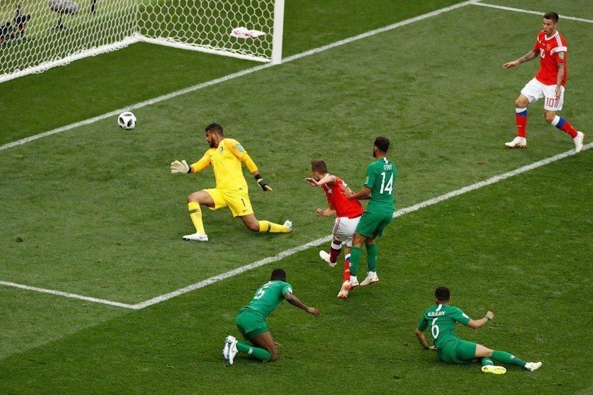 再次回顧俄羅斯在開幕戰的精彩進球,切里謝夫(左二)讓兩位沙烏拉阿拉伯防守球員失去...