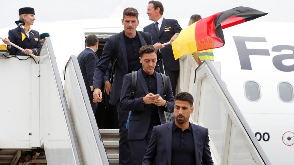 德國隊於世足開幕前一天抵達俄羅斯,被喻為男模出征的球星們,在機場受到熱烈歡迎。圖...