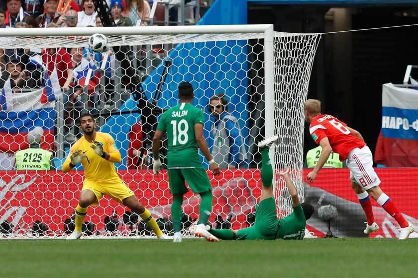 俄羅斯的第一個進球是由賈辛斯基(右)在門前6碼處頂球破網。 美聯社