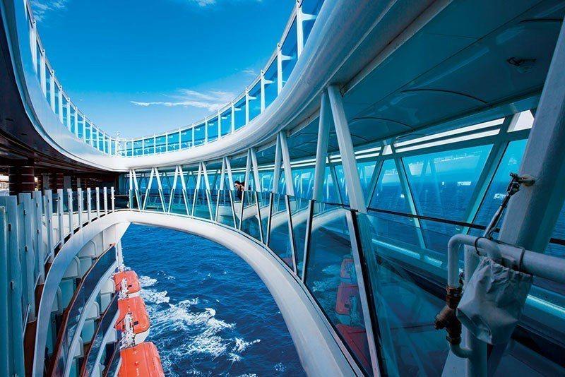 懸空延伸到船舷之外,長8.5公尺的全透明玻璃海上天空步道,是公主遊輪獨創特色。(...