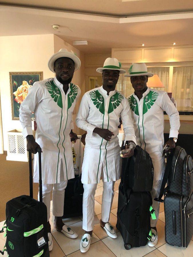 世足賽奈及利亞隊出發時不穿西裝,而是身著傳統民俗服裝出征,網友大讚設計出色,穿這...