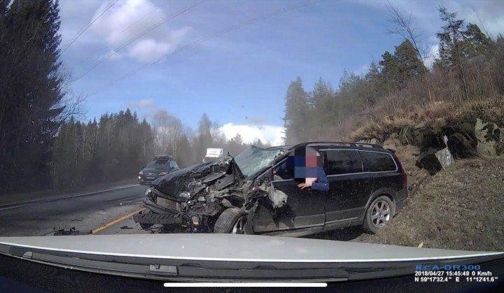 影/命大!Volvo正面對決大卡車 車頭全毀駕駛生還