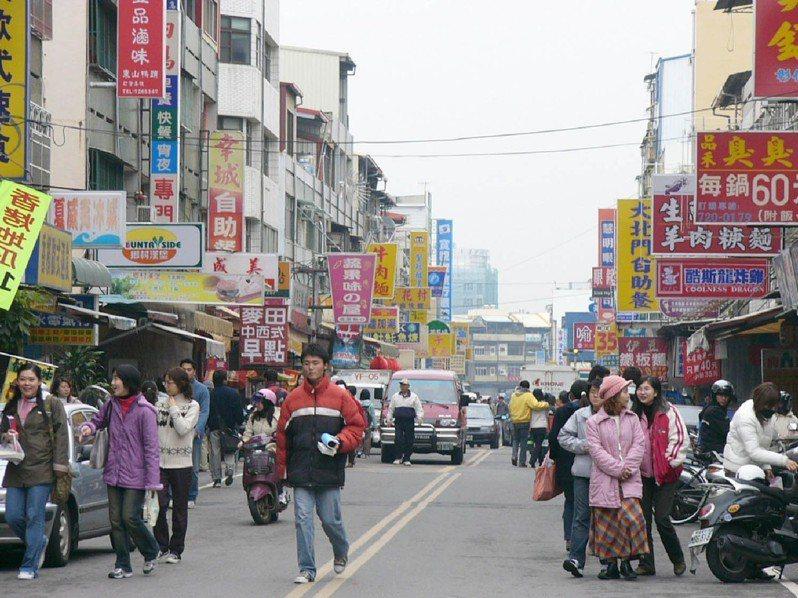 大學開學後,常能在便當街看到覓食人群。 圖片來源/聯合報系