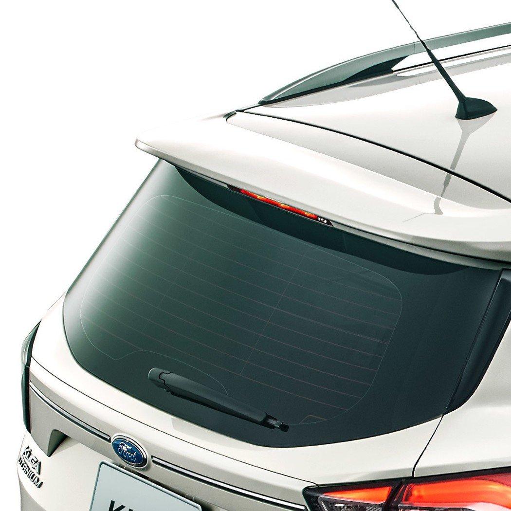 勁速後擾流尾翼為「Ford Kuga勁黑版」打造更具運動化的SUV車格。 圖/福...