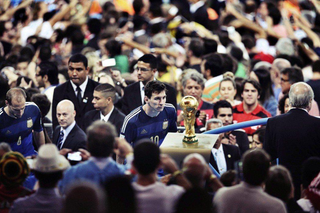 「為了世界盃,一個國家願意付出多少代價?」圖為2014年巴西世界盃,最後無緣冠軍...
