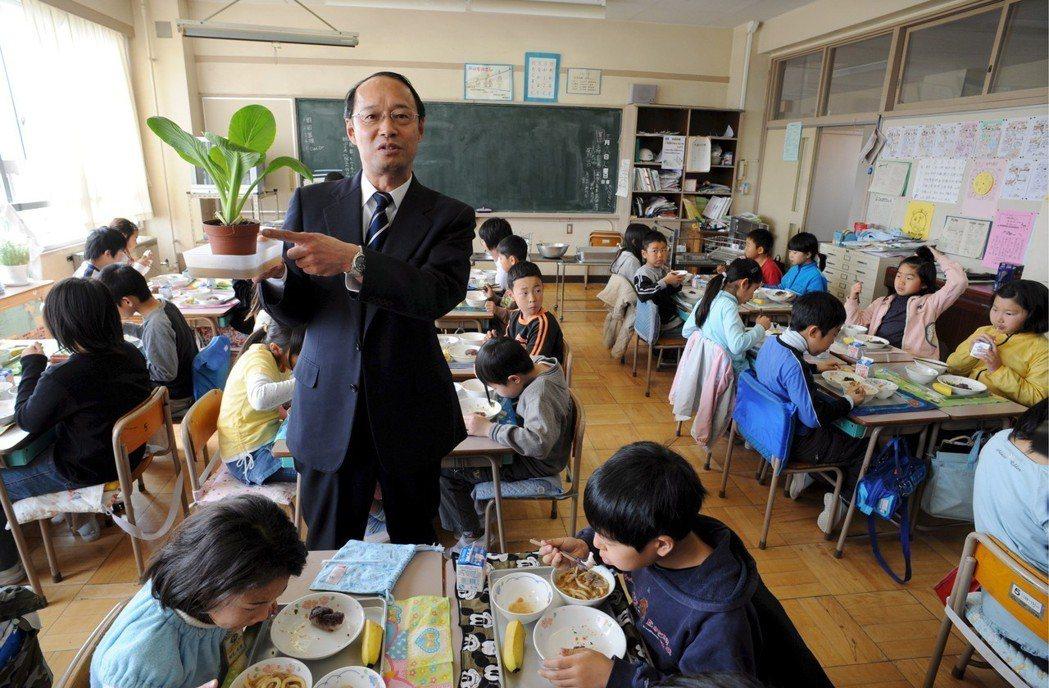 食育政策在日本各級中小學裡大力推廣,圖為東京一間小學與當地的菜農合作,強調使用在...