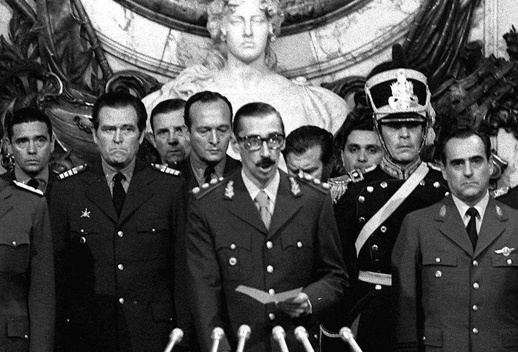 1976年的軍事政變,開啟了阿根廷史上最黑暗的篇章。圖中蓄鬍者,就是魏德拉將軍。...