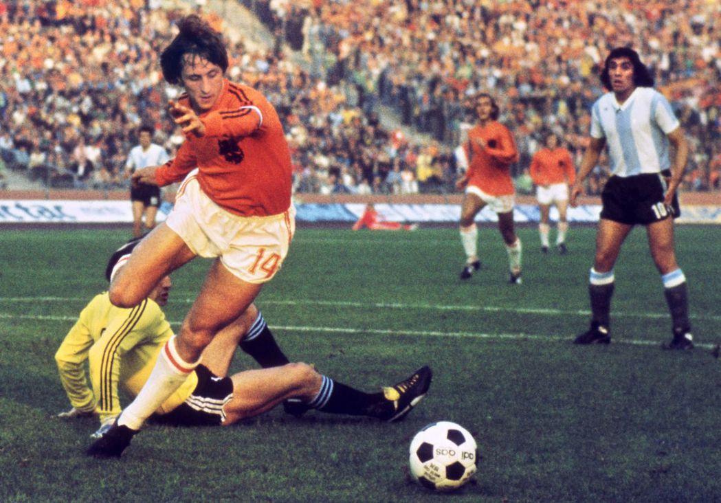 通說傳奇裡,荷蘭球王克魯伊夫,是因「反對軍政府獨裁」,而拒絕前往阿根廷參賽;但在...