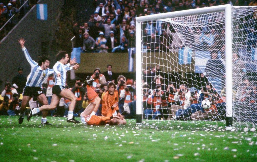 阿根廷比賽期間,牢房裡外是聽得到戰況的...但在受難者之間,該不該為國家隊喝采,...