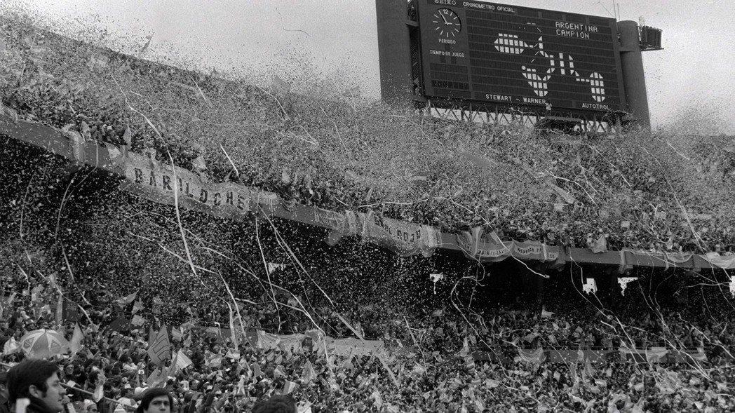 看板上打著「阿根廷!冠軍!」的字樣。在那個當下,黑牢裡所有『被消失』者的存在,全...