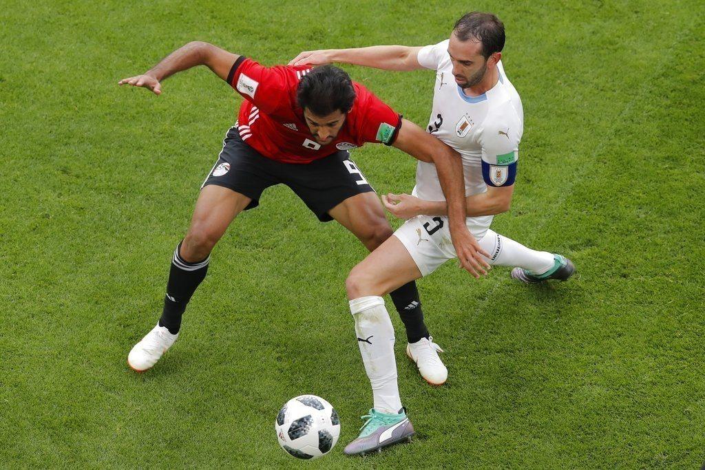 烏拉圭高汀(右)展現頂級世界頂級中衛的水準,不斷化解埃及攻勢,是贏球無名英雄。 ...