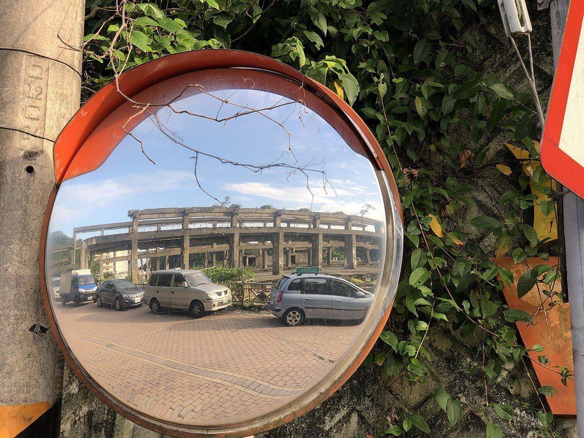 透過轉彎反射鏡,顯露出獨特異場域氣氛