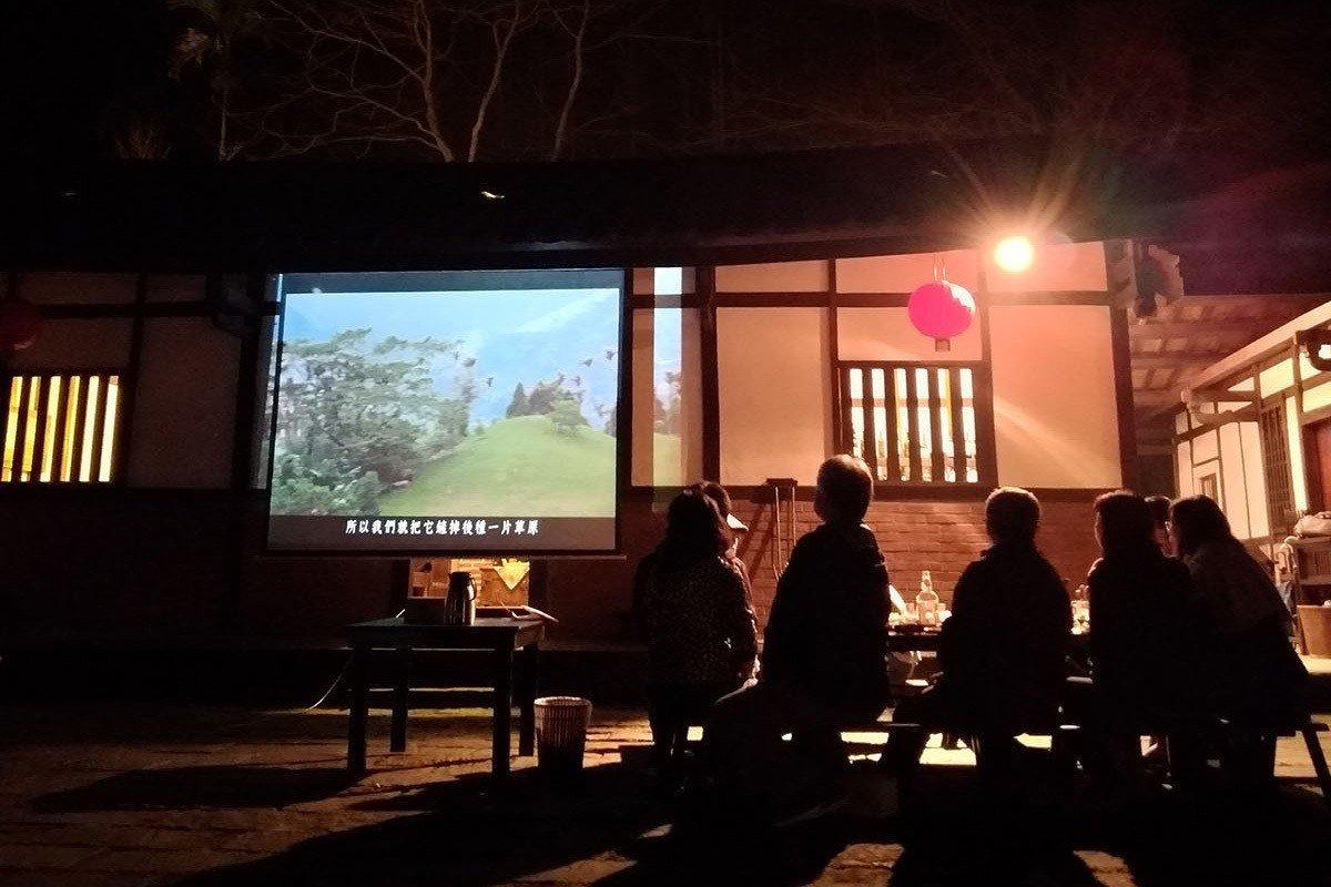 夏夜和親朋好友齊聚三合院廣場看電影,氣氛特好。