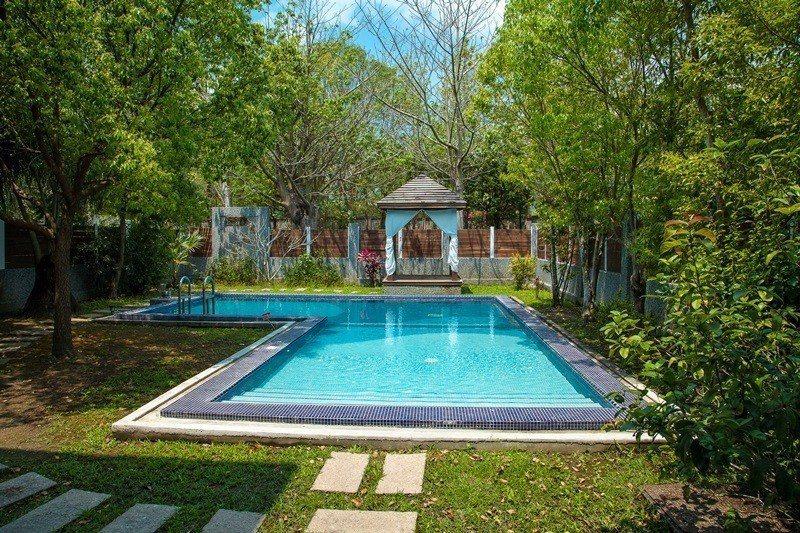 Villa區每間都設有山泉水泳池。