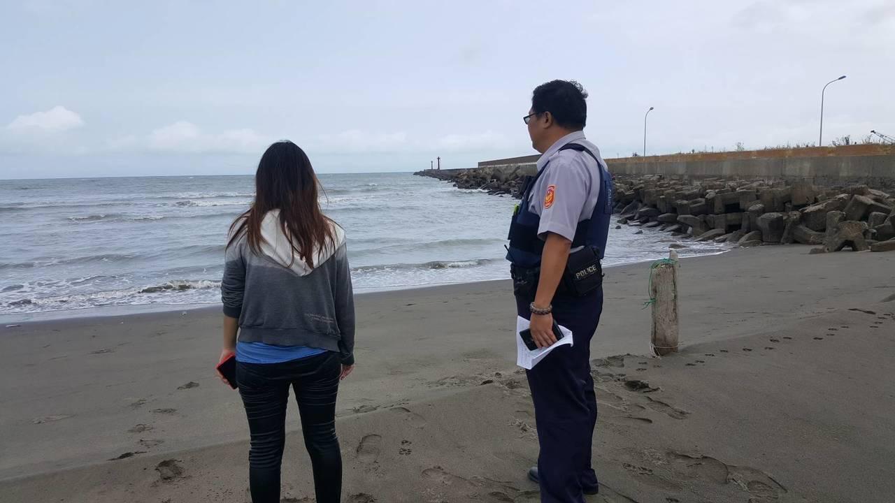 新北市鶯歌區一名24歲的蔡姓女子,與男友爭吵後跑到竹圍漁港想跳海輕生,警方獲報到...