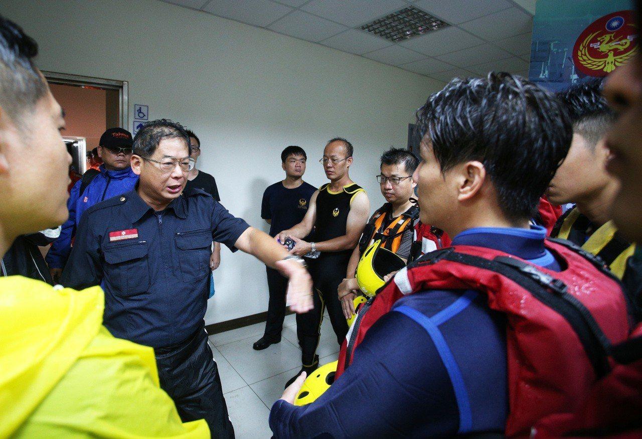 救難人員集結前往救援擱淺油輪。記者劉學聖/攝影