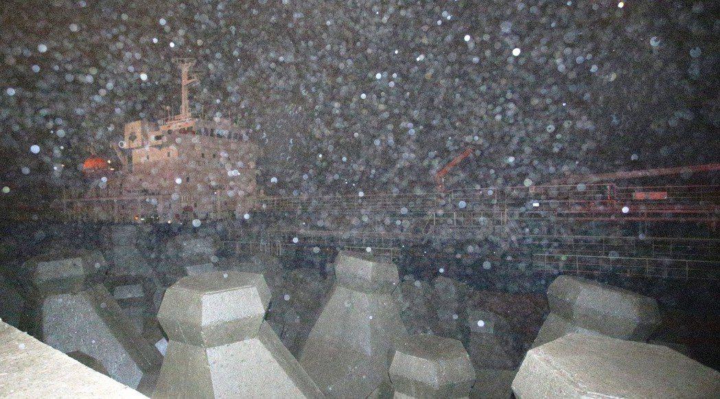 擱淺在鳳鼻頭岸邊的「SHINE LUCK」油輪,由於風浪過大,救難人員不敢前往救...
