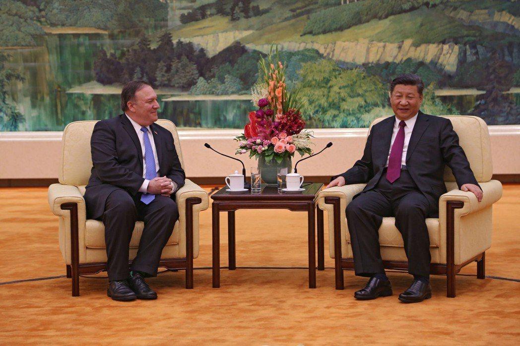 中國大陸國家主席習近平(右)與美國國務卿龐培歐14日在北京會面。圖/取自美國國務...