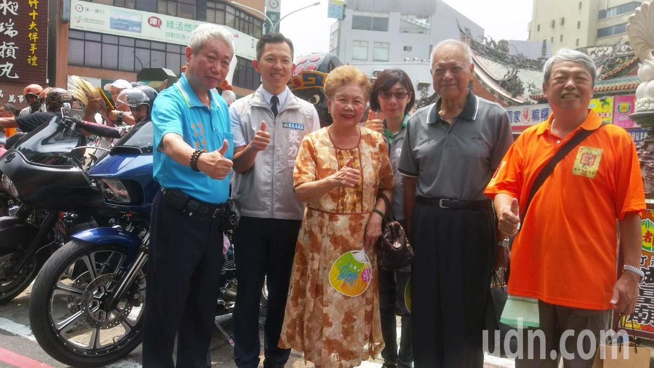 8月10日將展開「2018竹塹中元城隍祭」,柯媽、柯爸(右三、右二)也到場參加為...