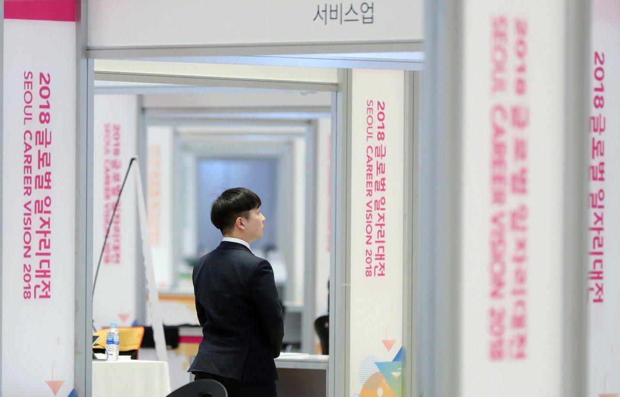 南韓5月失業率微幅上揚至4%,青年失業率則增至10.5%。圖為一名求職者在就業博...