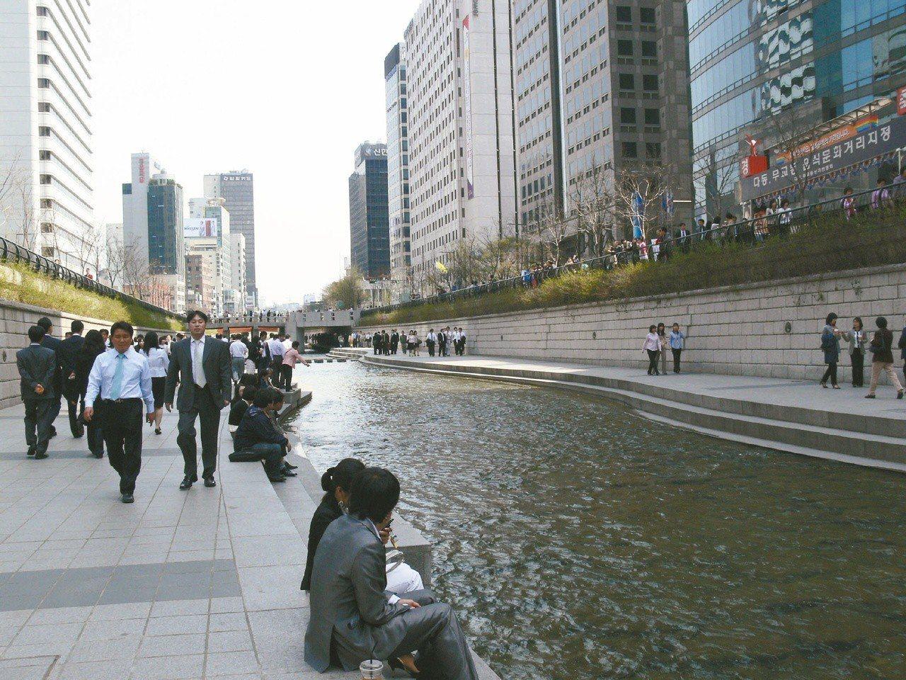 南韓首爾清溪川的整治評價兩極,國內官員考察時,多半看到評價較差、欠缺河川生命力的...