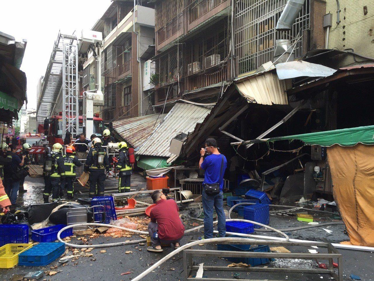 台中市東區建新街一家食品加工行,今天清晨傳出瓦斯氣爆意外,3人受傷。記者陳宏睿/...