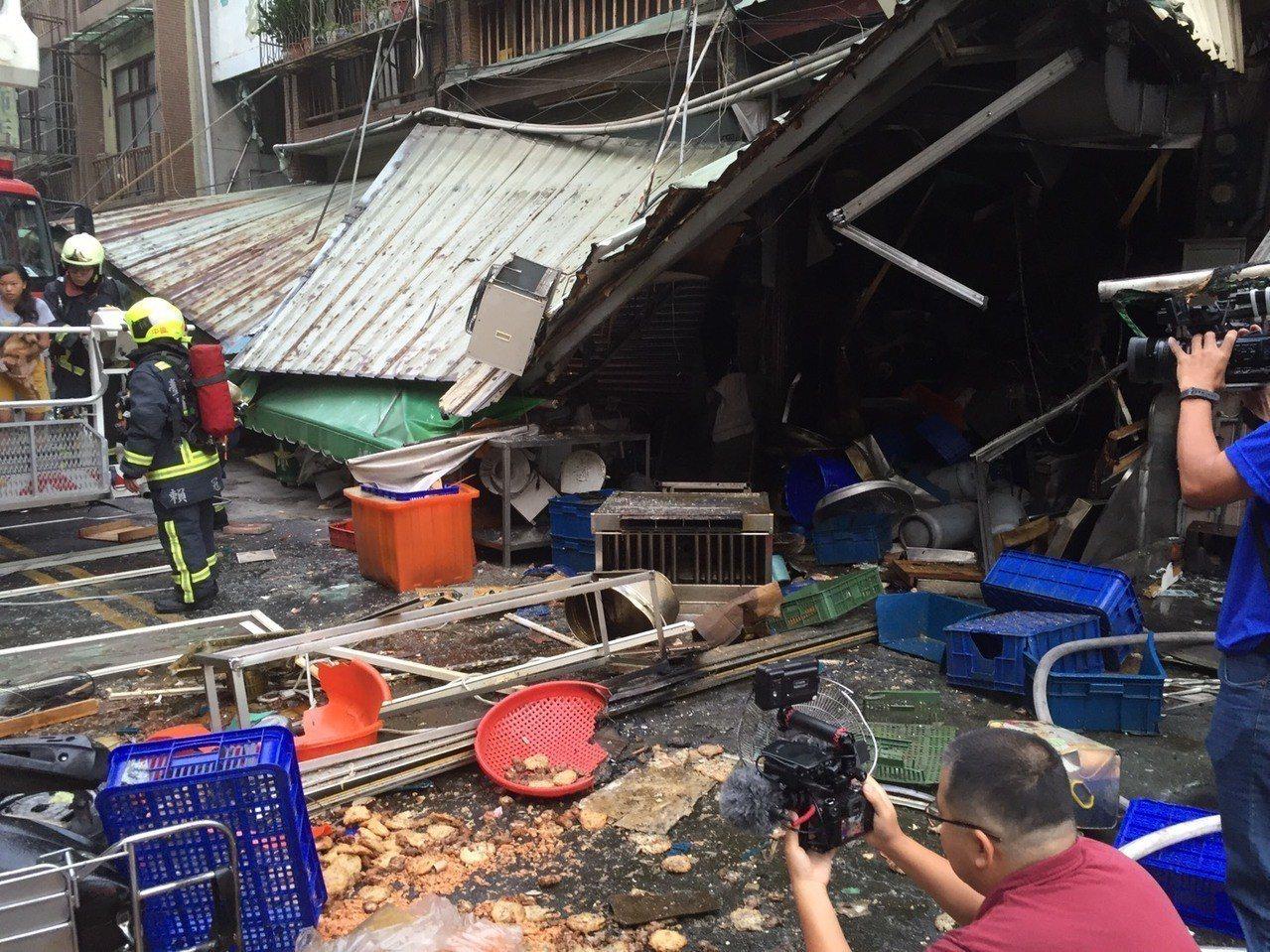 台中市東區建新街一家食品加工行,今天清晨傳出瓦斯氣爆意外。記者陳宏睿/翻攝