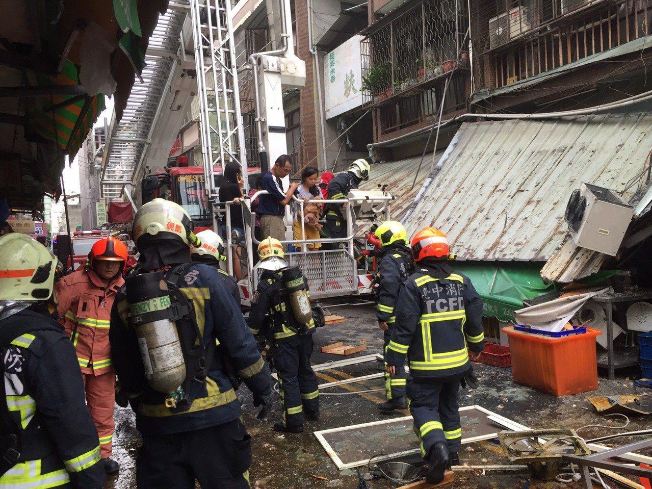 台中市東區建新街一家食品加工行,今天清晨傳出瓦斯氣爆意外,現場滿目瘡痍。記者陳宏...
