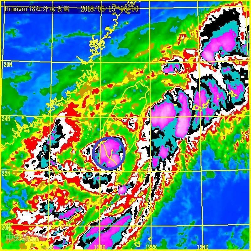 中央氣象局副局長鄭明典指出,現在熱帶性低氣壓正在高雄上空,雖然強度沒增強,但是降...