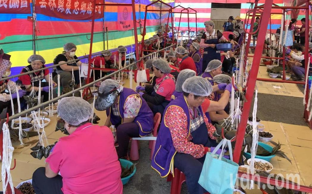 褒忠鄉動員300多名婆婆媽媽一口氣包了2萬多個粽子,創下雲林單位包粽最多記錄。記...