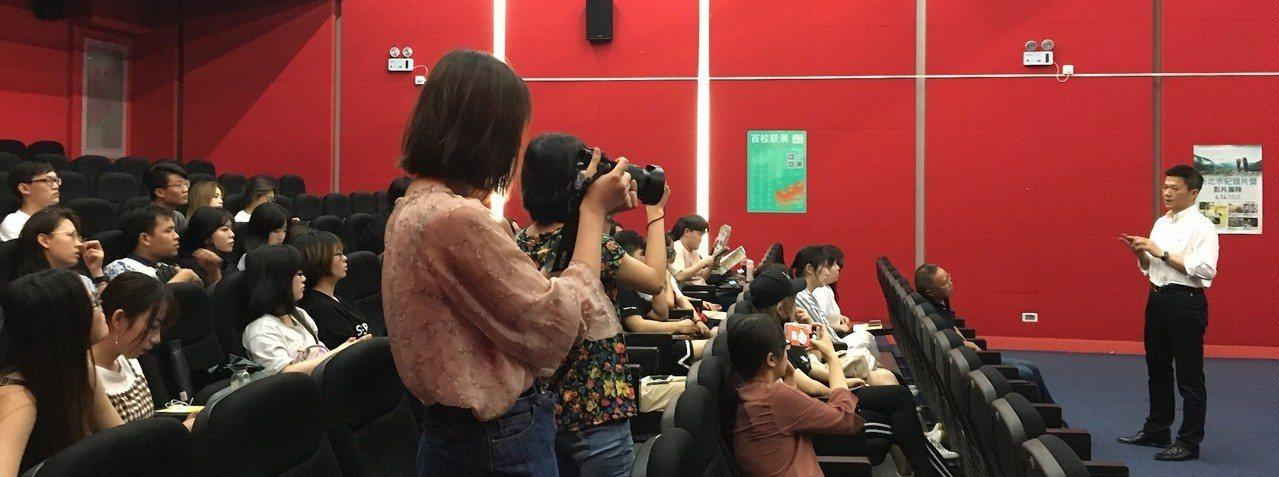 新北市新聞局帶著5部歷年紀錄片獎優選作品前進上海,昨首次在上海同濟大學播放,「那...
