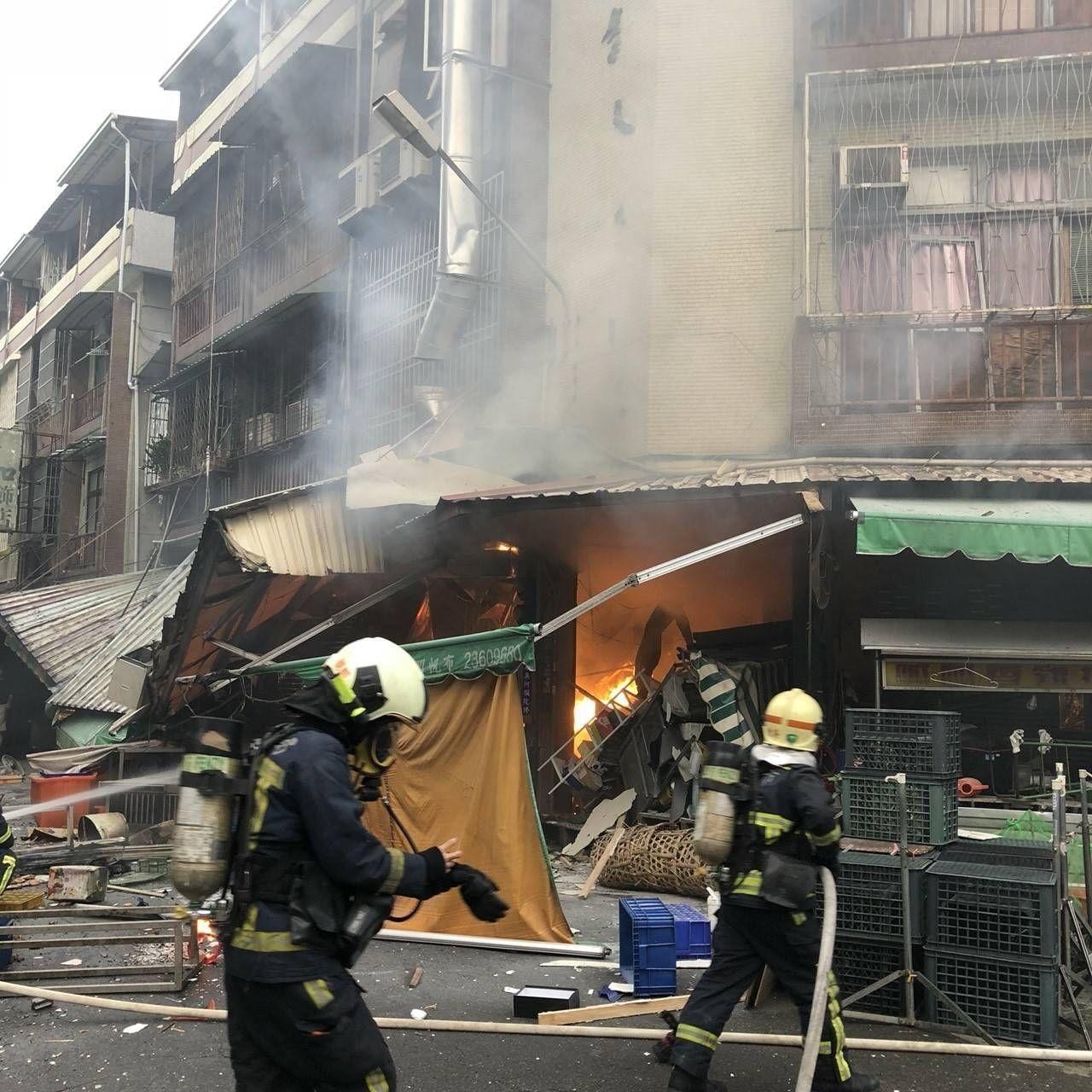 台中市東區建新街炸雞食品加工行今天清晨5時許疑似瓦斯氣爆引發火警,現場滿目瘡痍,...