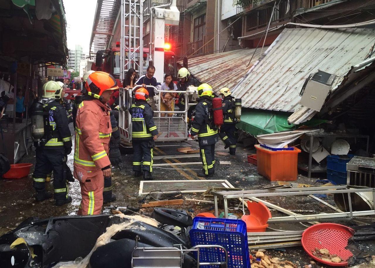台中市東區建新街炸雞食品加工行今天清晨5時25分疑似瓦斯氣爆引發火警,消防員到場...