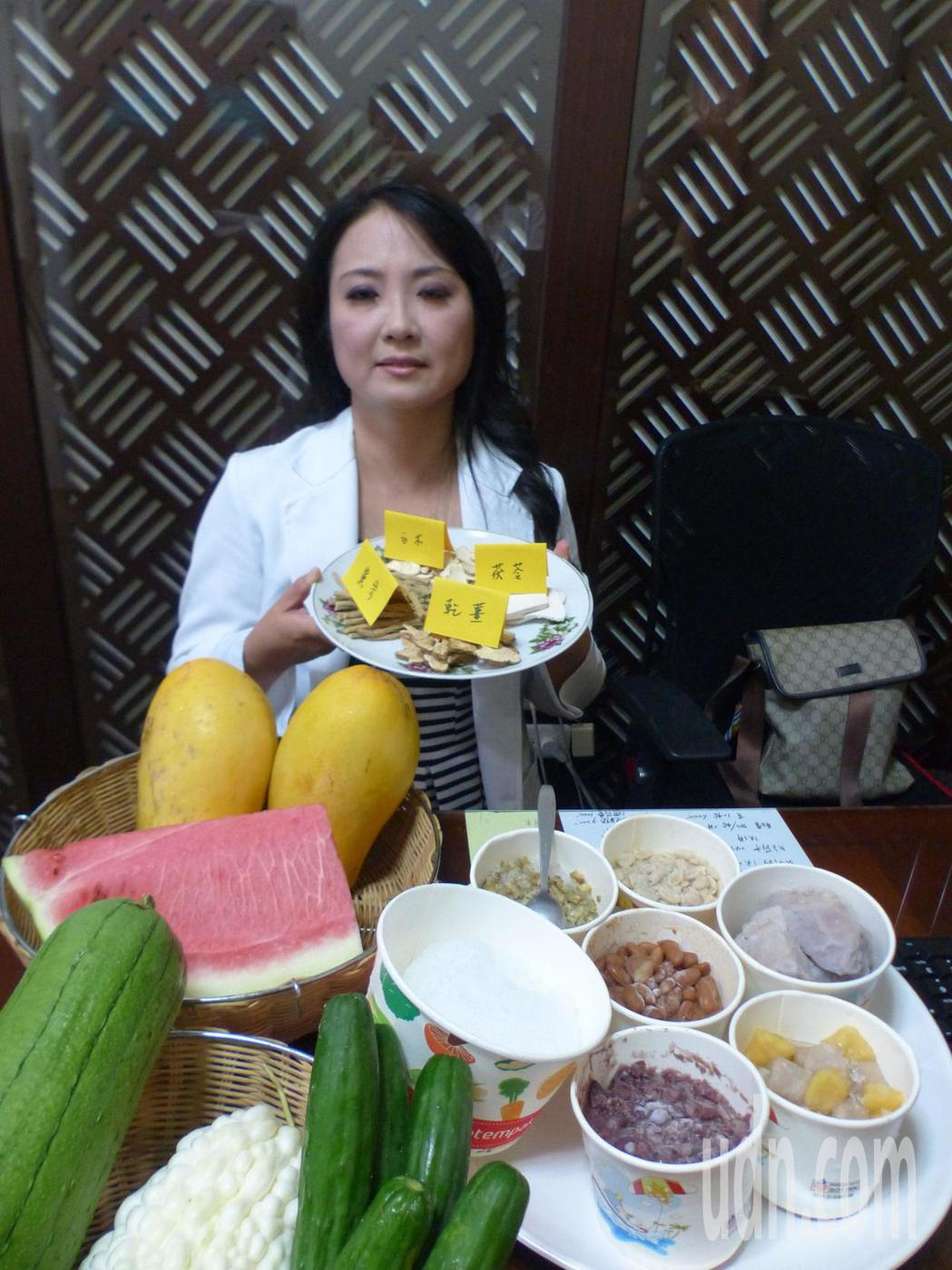 中醫師蔡蕙君說明,冰品、寒涼食物如苦瓜、小黃瓜,以及過甜水果,都是減重地雷食物。...