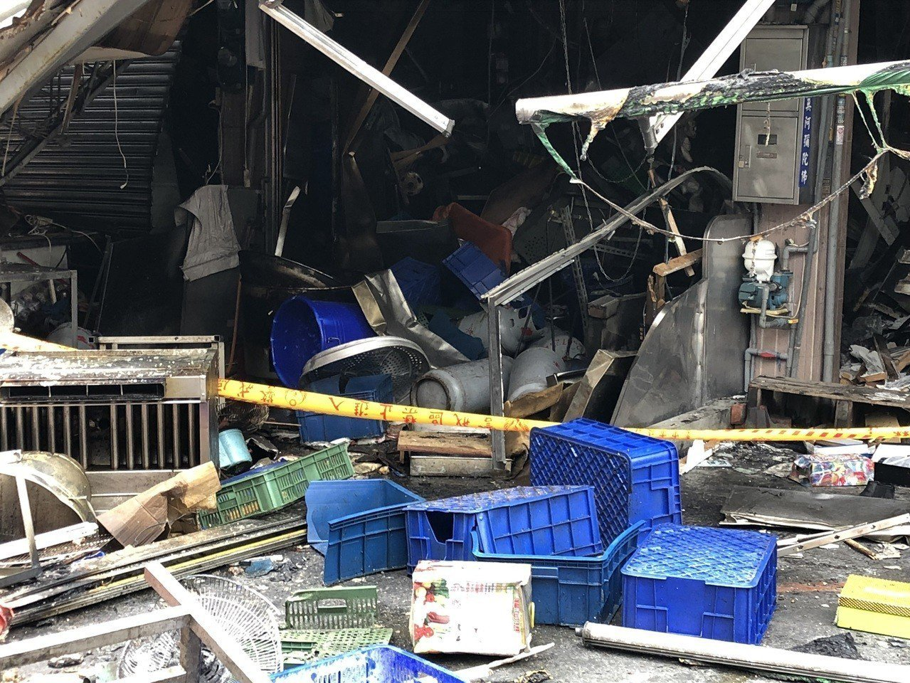 台中市東區建新街食品加工行今天清晨氣爆,火調人員到場調查。記者陳宏睿/攝影